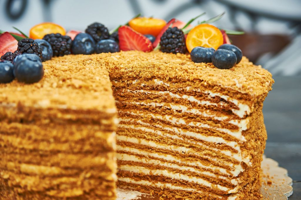 Быстрый торт к чаю: интересный рецепт медовика с нежным кремом