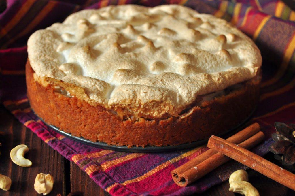 Сладкая, воздушная выпечка: рецепт пирога с грушей и безе
