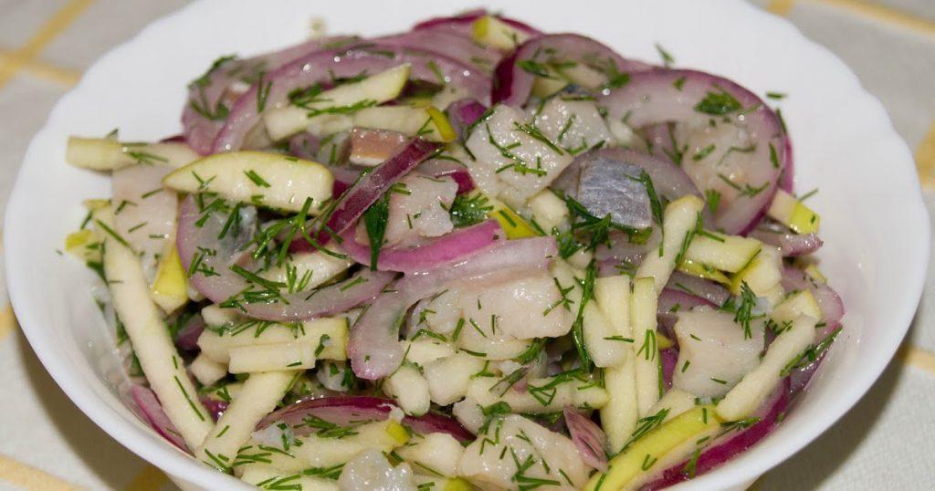 Необычный вариант салата: рецепт сытной закуски с селедкой, перцем и картофелем