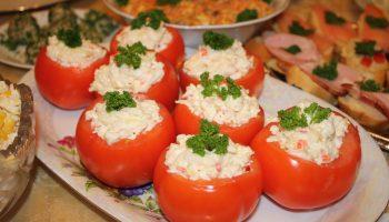 Необычное блюдо к обеду: рецепт помидоров, фаршированных крабовыми палочками и грибами
