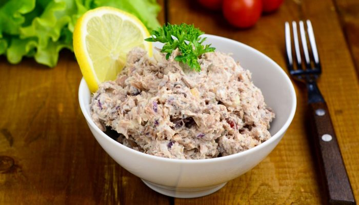 Пикантный салат: рецепт с печенью трески, рисом и огурцом