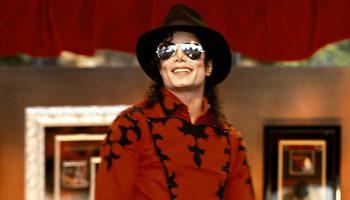Как Майклу Джексону удаётся зарабатывать огромные деньги даже после смерти