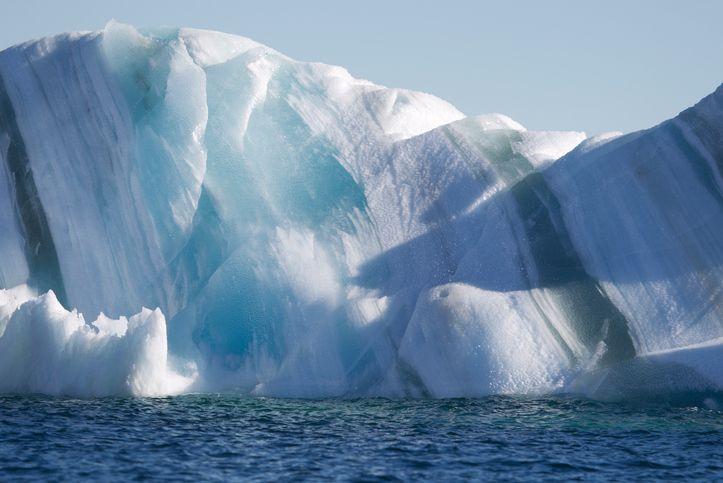 Интересные явления в природе: полосатые айсберги, молнии 300 дней в году и гигантские «трубы» в небе